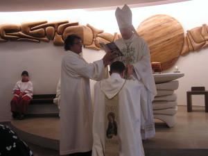 Promessa di obbedienza di don gigi nelle mani di S.E. Mons. Carlo Mazza