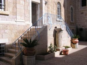 La foto è del 2007, ora le scale di ingresso sono nuove e totalmente in marmo, il Signor Jololian ha ristrutturato tutto l'ingresso ed ora si appresta a restaurare la facciata del Palazzo esarcale