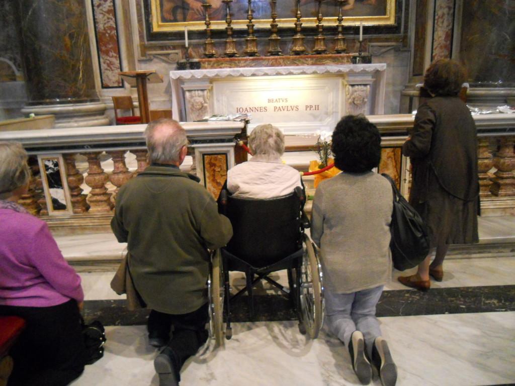 Santina con P. Luigi ed Olinda davanti alla tomba del B. Giovanni Paolo II il 2 aprile 2012 nel 7mo anniversario della morte