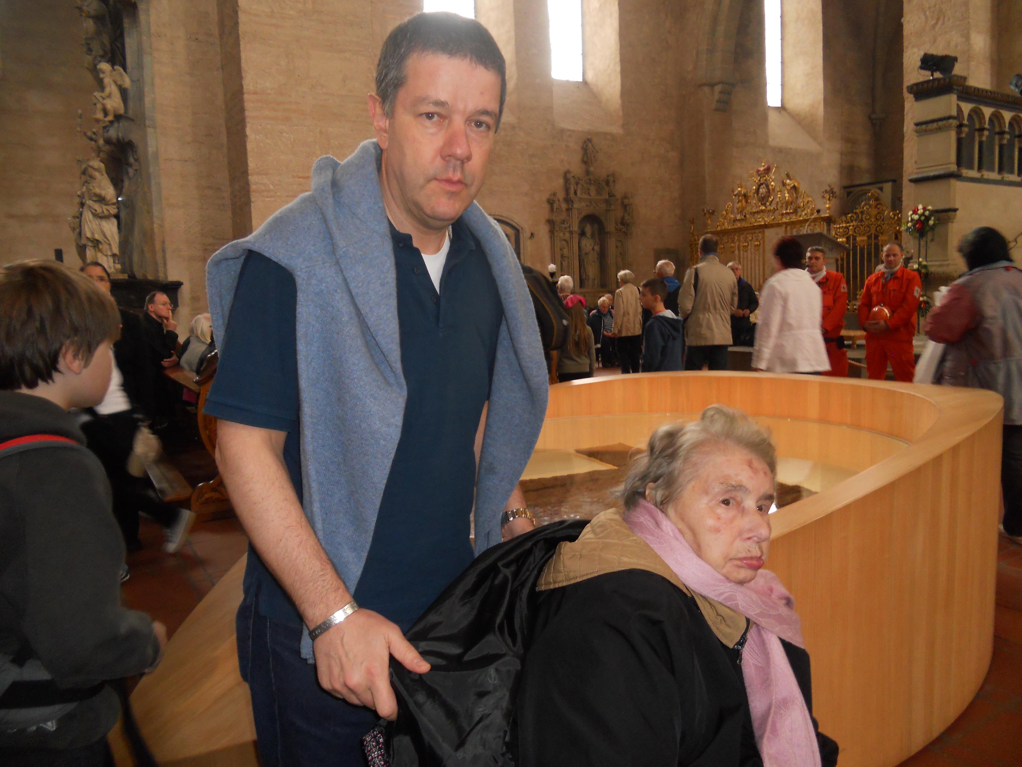 Santina in preghiera sfila con i migliaia di pellegrini davanti alla reliquia