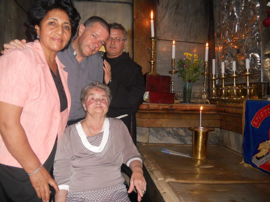 La devota visita di Santina al Sepolcro di Cristo, dopo il Te Deum di ringraziamento