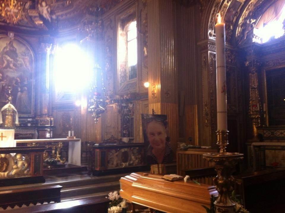 Il feretro di Santina vegliato nei giorni 5-6 dicembre 2012 nella chiesa del Monastero di Santa Grata dalle 22 monache benedettine che di cuore ringraziamo